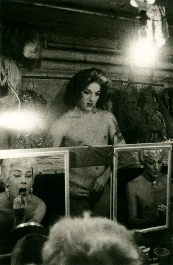 female-impersonators-in-mirrors-diane-arbus-nueva-york-1958.jpeg