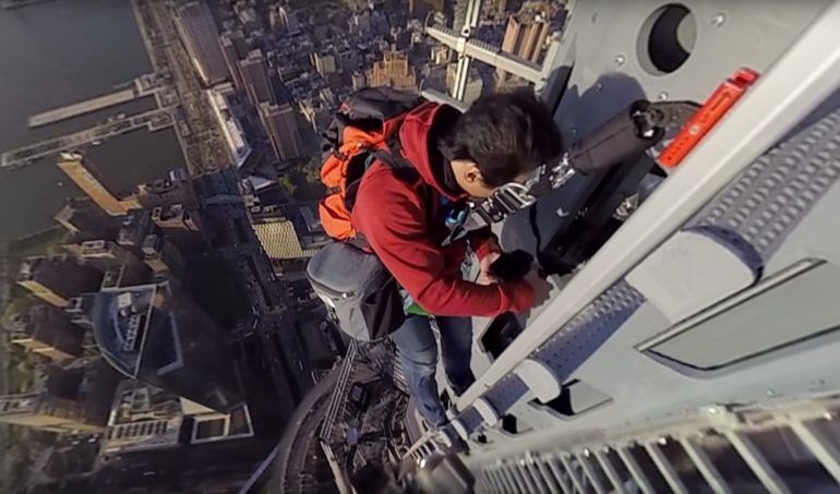 "Capture d'écran tirée de la vidéo ""Climbing 1 World Trade Center : Man on Spire"" © Jimmy Chin / New York Times"