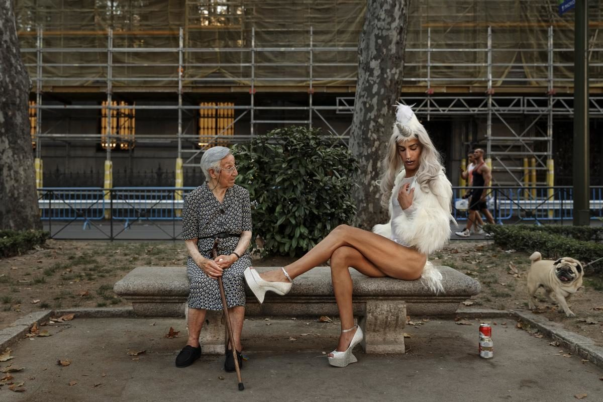 Rencontres sur un banc public lors de la Gay Pride de Madrid, Espagne - © Daniel Ochoa de Olza/Associated Press