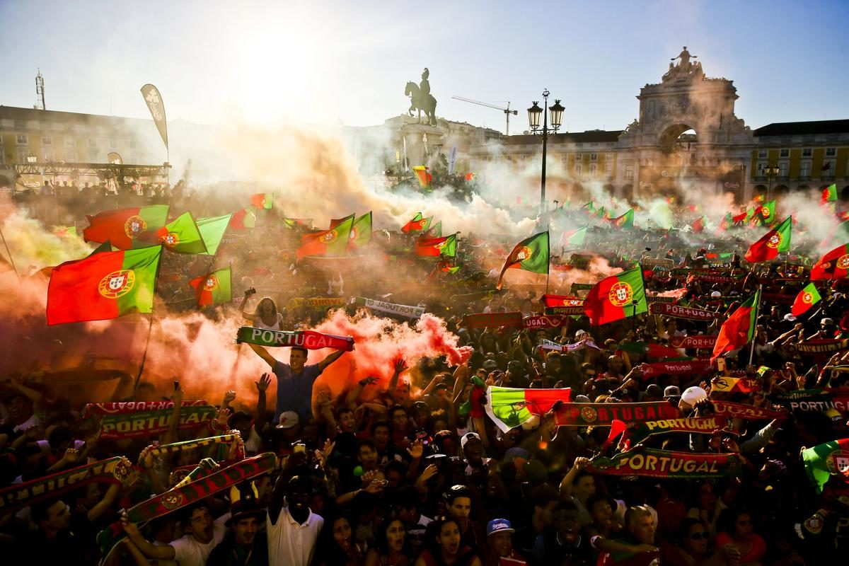 Supporters portugais lors de la final de l'Euro 2016 entre le Portugal et la France sur la place Terreiro do Paco à Lisbonne, Portugal - © Mario Cruz/EPA