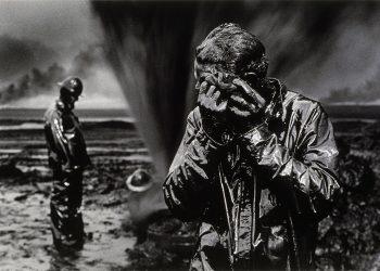 Sebastião Salgado Gisement de pétrole du Grand Burhan, Koweït, 1991 © Sebastião Salgado / Amazonas Images. Collection Maison Européenne de la Photographie, Paris.