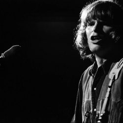 john-fogerty-creedence-clearwater-revival-par-henry-diltz-woodstock-aug-1969