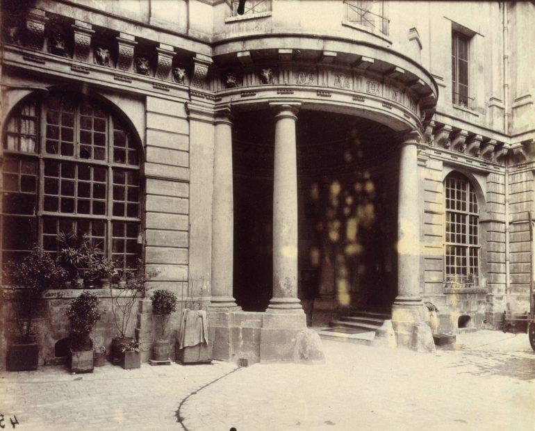 image_atget_eugene_jean_eugene_auguste_atget_dit_porche_cote_cour_de_lhotel_de_beauvais_68_rue_francois-mi_353612