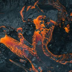 1-NEW-EARTH-eruption-in-Iceland-photographed-by-Thrainn-Kolbeinsson-696x463