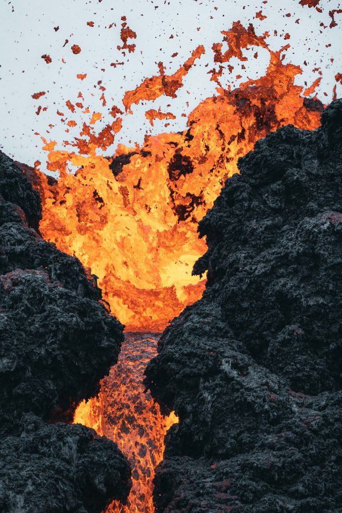 4-NEW-EARTH-eruption-in-Iceland-photographed-by-Thrainn-Kolbeinsson-696x1043
