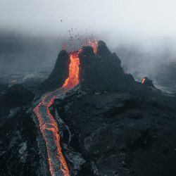 5-NEW-EARTH-eruption-in-Iceland-photographed-by-Thrainn-Kolbeinsson-696x464