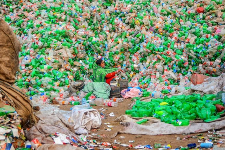 a_woman_scavenges_for_survival_in_a_mountain_of_plastic_waste_sufyan_arshad_pakistan-800x535