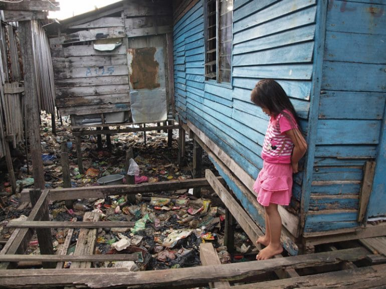 crying_girl_beside_the_house_fakir_mohamad_bin_md._nor_malaysia-800x600