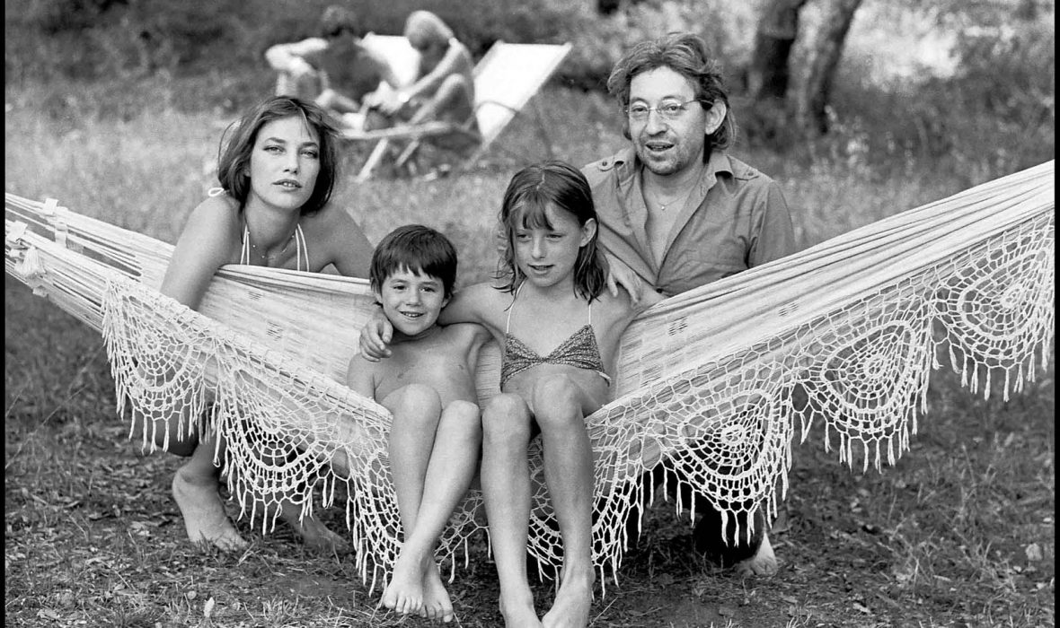 ARCHIVES - SERGE GAINSBOURG EN FAMILLE - 1977