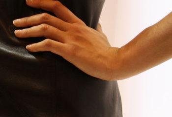 Gina, main sur hanche côté droit