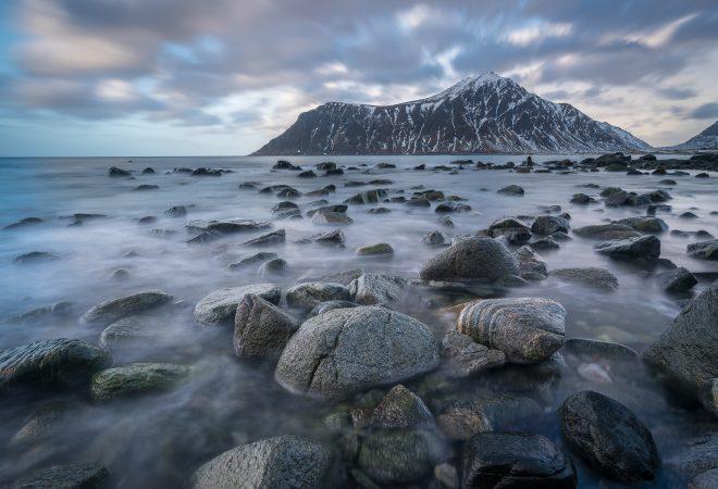Plage de Skagsanden et Hustinden, Lofoten, Norvège