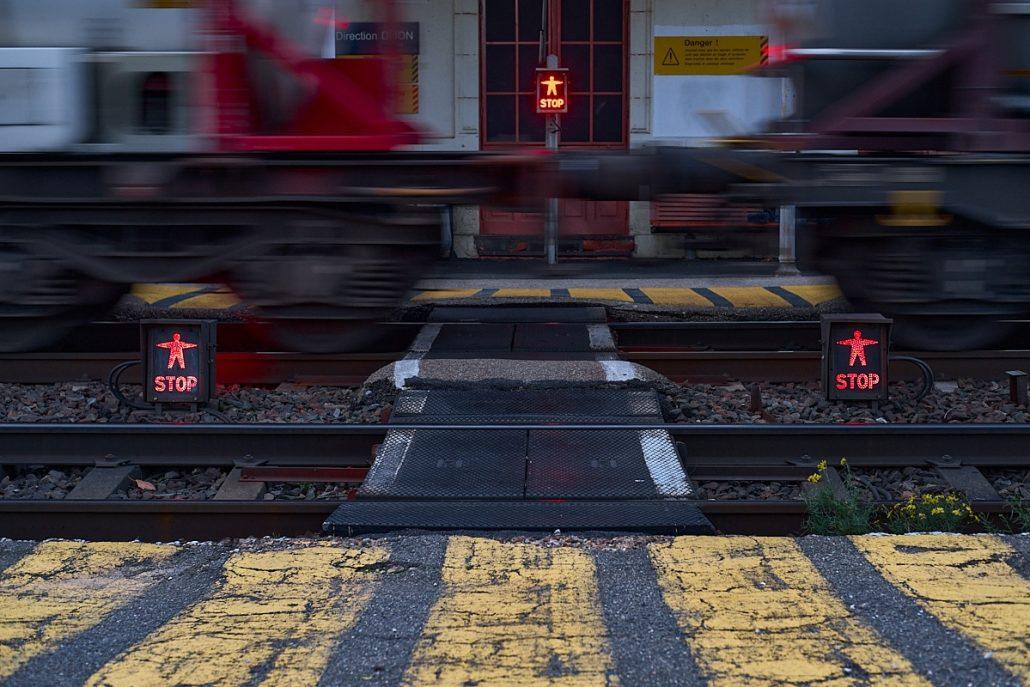 Un train peut en cacher un autre