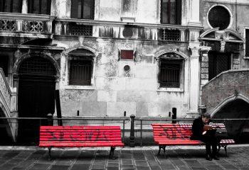 Les bancs rouges