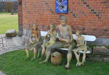Famille sur un banc