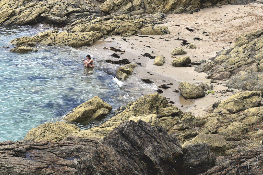 l'océan, les rochers, la plage et elle …