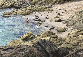 l'océan, les rochers, la plage et elle ...