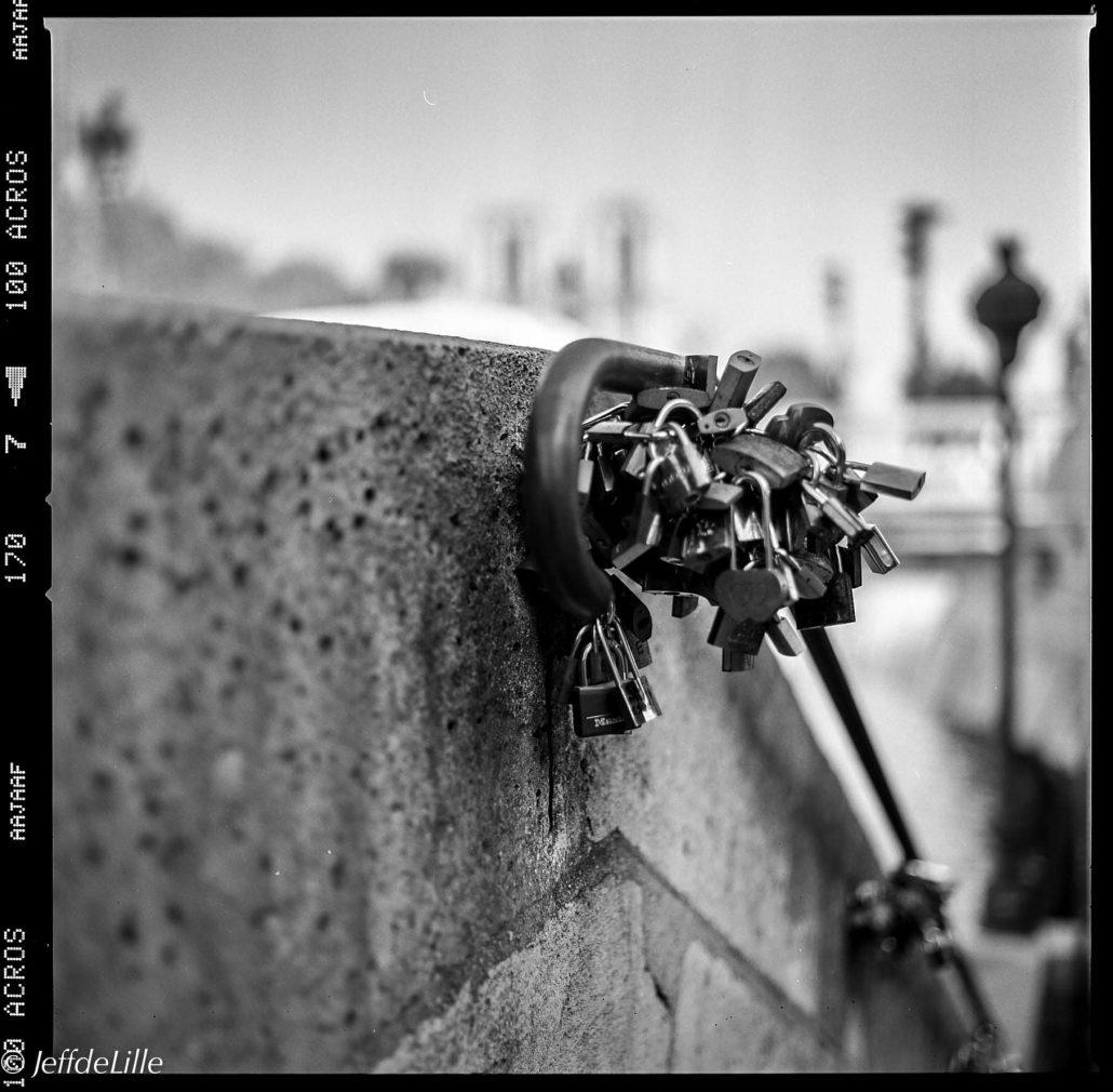 Descente sur quais de Seine, Paris.