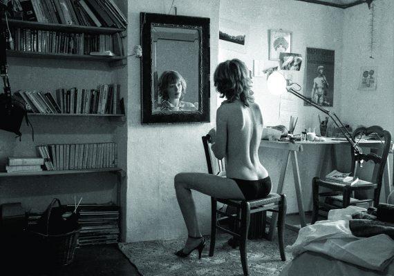 La jeune femme devant le miroir