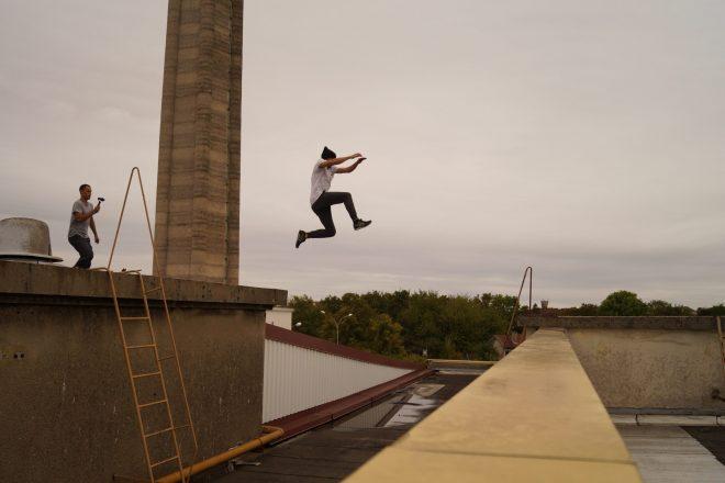 Sautant d'un toit a un autre pour échapper à la réalité