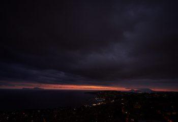 La baie de Naples sous les nuages