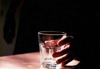 la main et le verre.