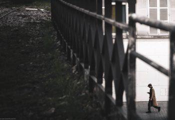 L'homme sous la voie ferrée
