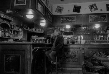 un homme au bar