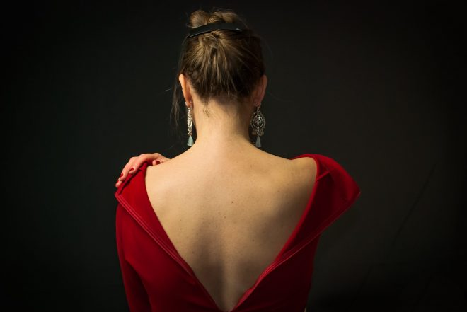 Portrait à la robe rouge