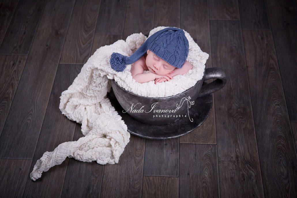 Nouveau-né dans une tasse