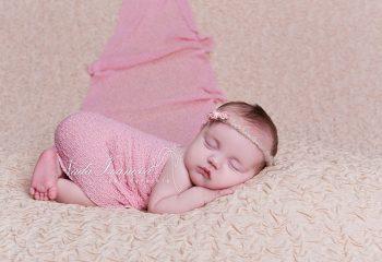 Nouveau-né dans un wrap rose