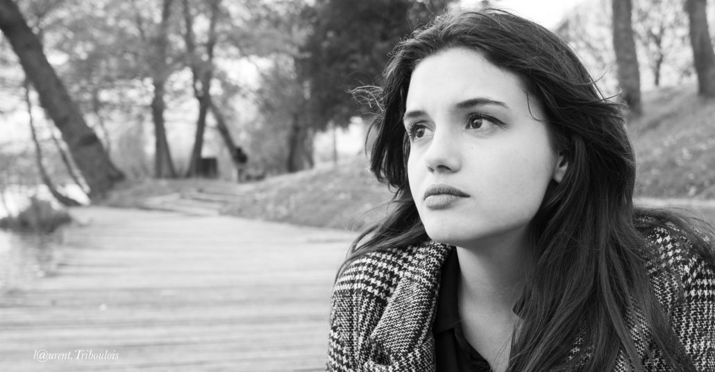 jeune femme dans ses pensées