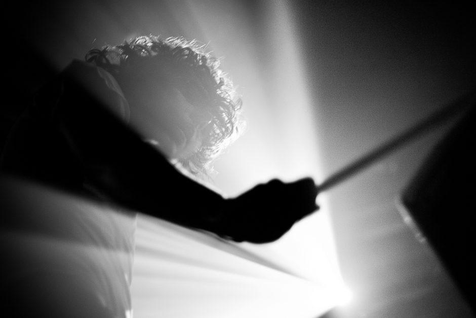 Percussionniste/Guitariste de M83 en live.