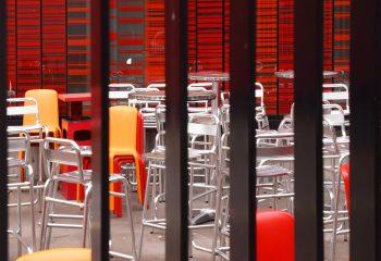 J'aime la couleur Les chaises métalliques