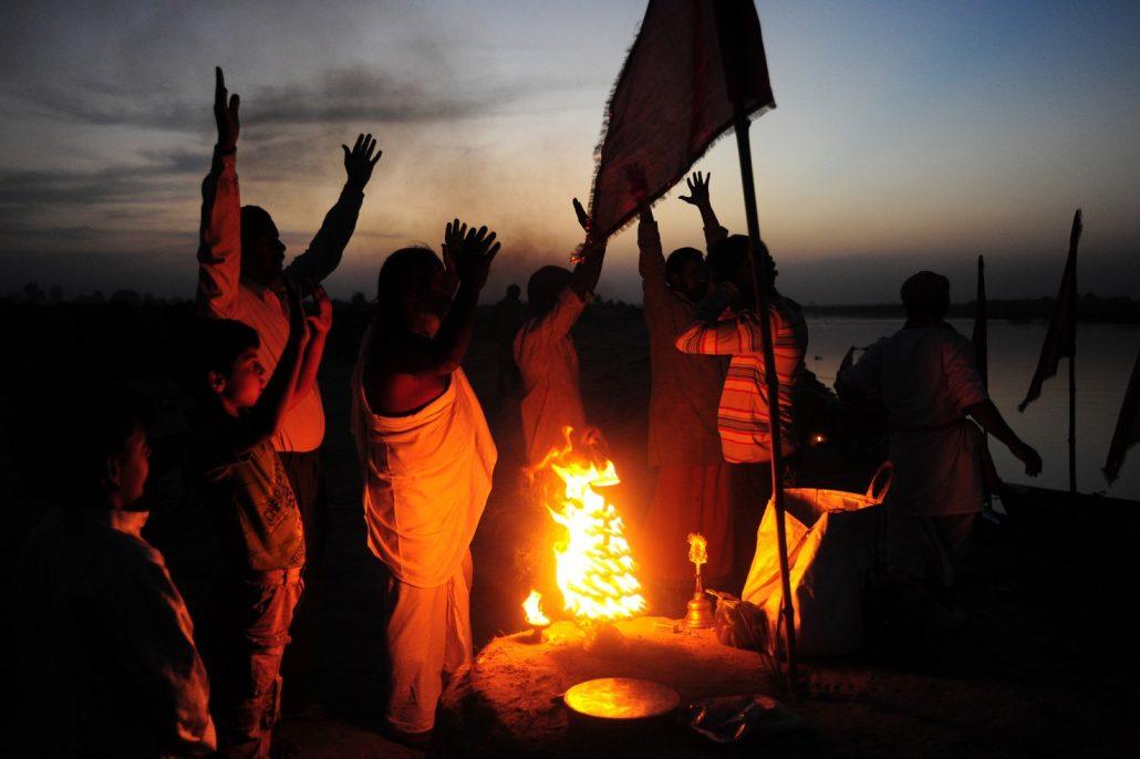 Kirtans (chants devotionnel) au bord de la rivière sacrée Yamuna , Vrindavan, Inde