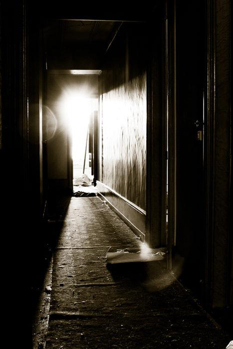 La lumière au fond du couloir.