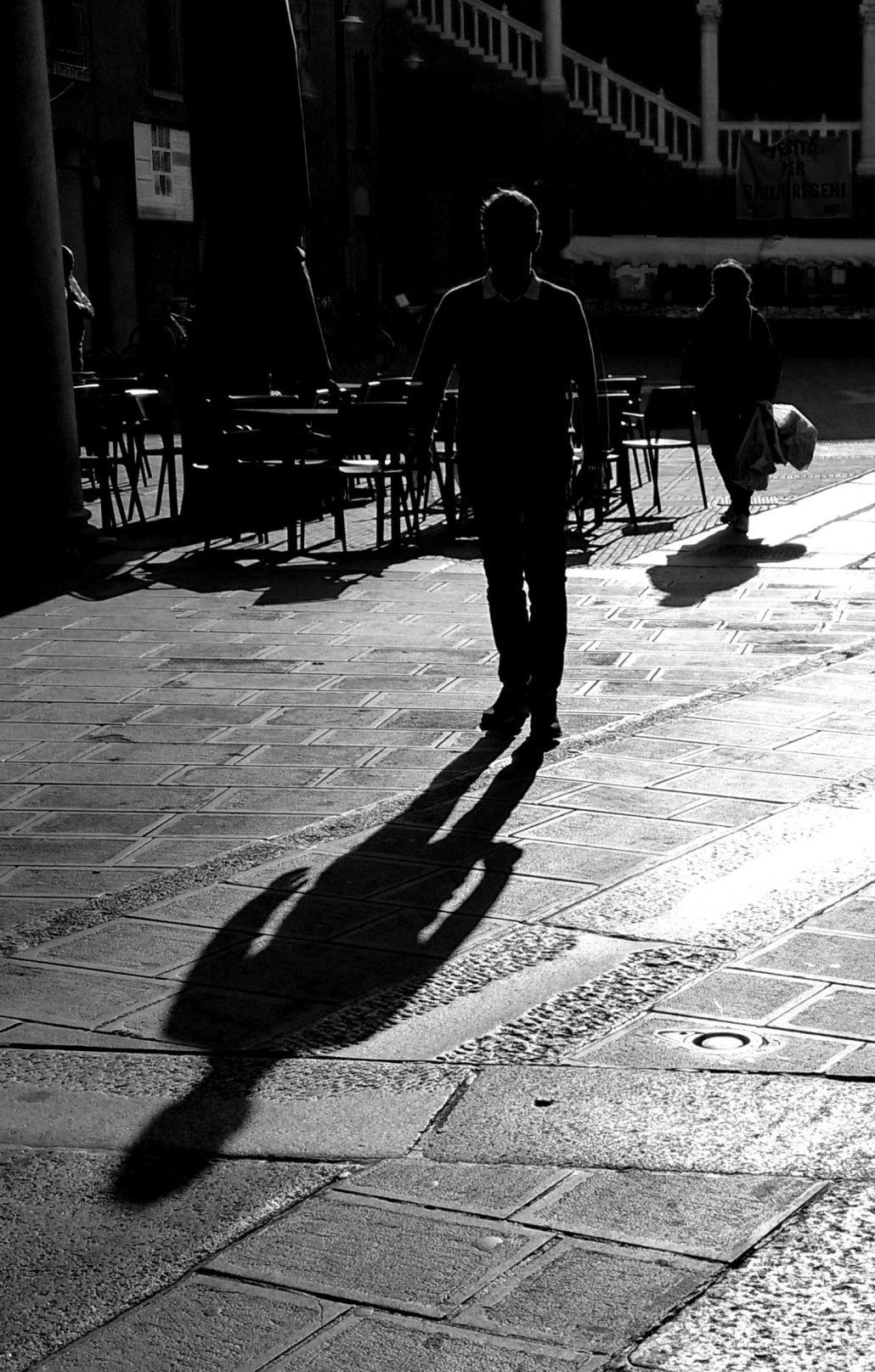 Silhouette d'un homme marchant le matin