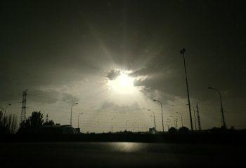 Rayons de soleil vus de la route