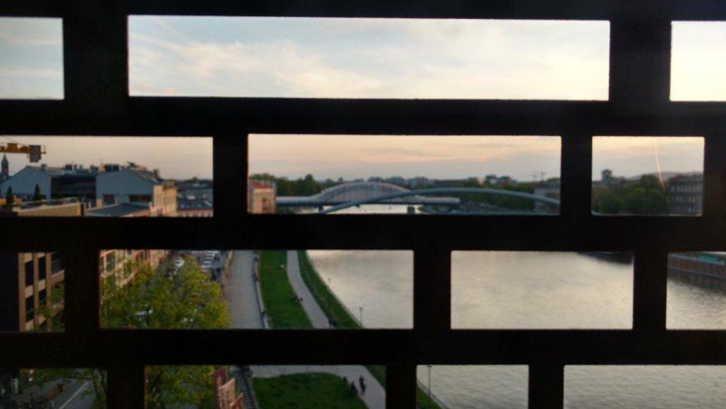 Coucher de soleil à Cracovie vu à travers les bars