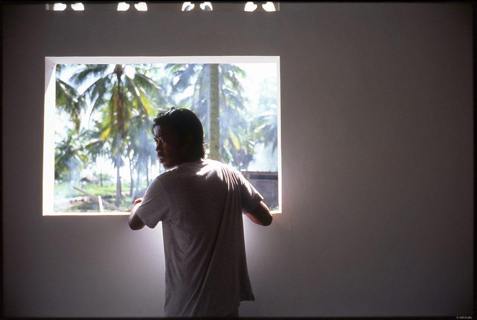 Doyok à la fenêtre de sa future maison