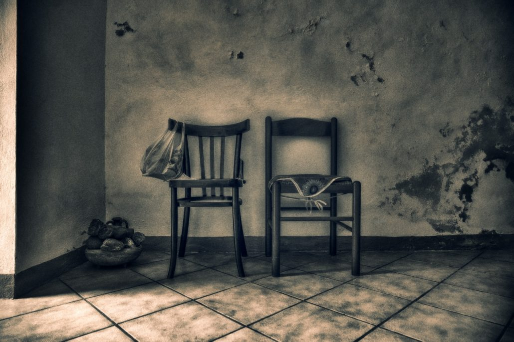 2 chaises – 1 sac – panier et pierres