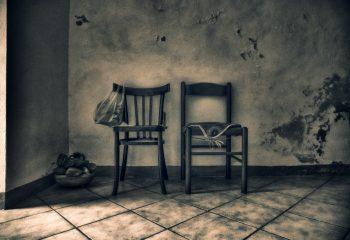 2 chaises - 1 sac - panier et pierres