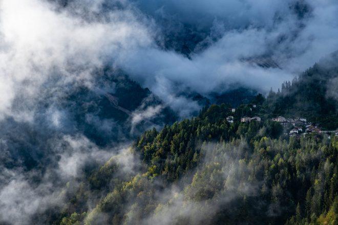 Le village dans la brume