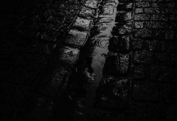 pavé sous la pluie