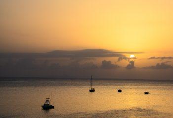 Bateaux au coucher du soleil.