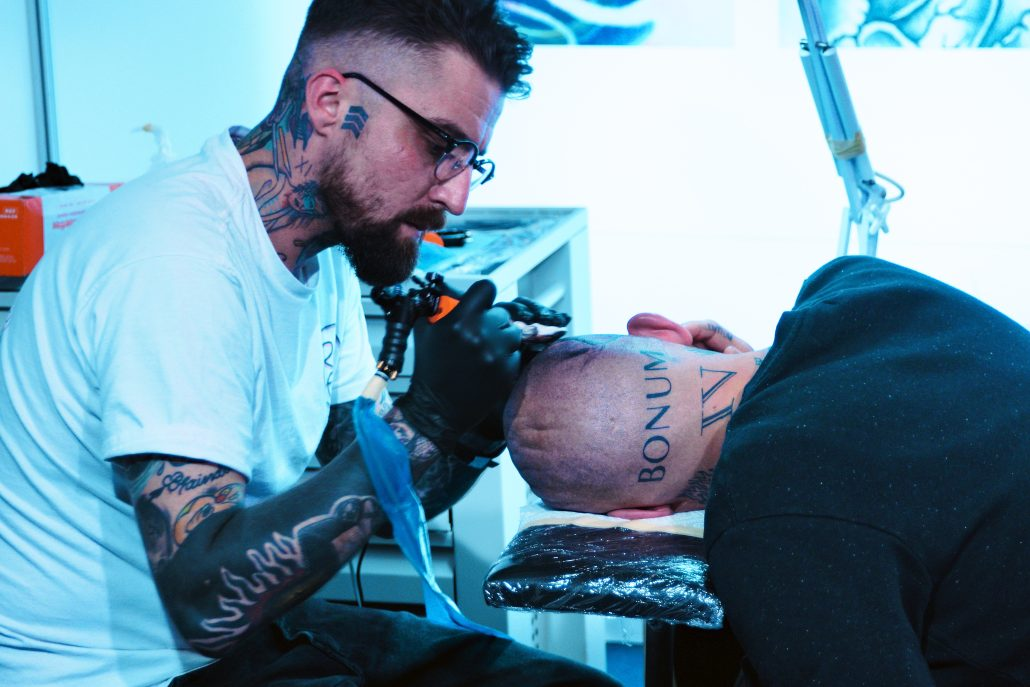 Tête tatouée