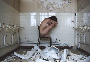 Les cris raisonnent dans la porcelaine brisé