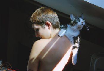 La fille au chat.