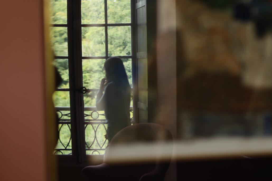 Le reflet d'un reflet d'une fille réfléchissant.