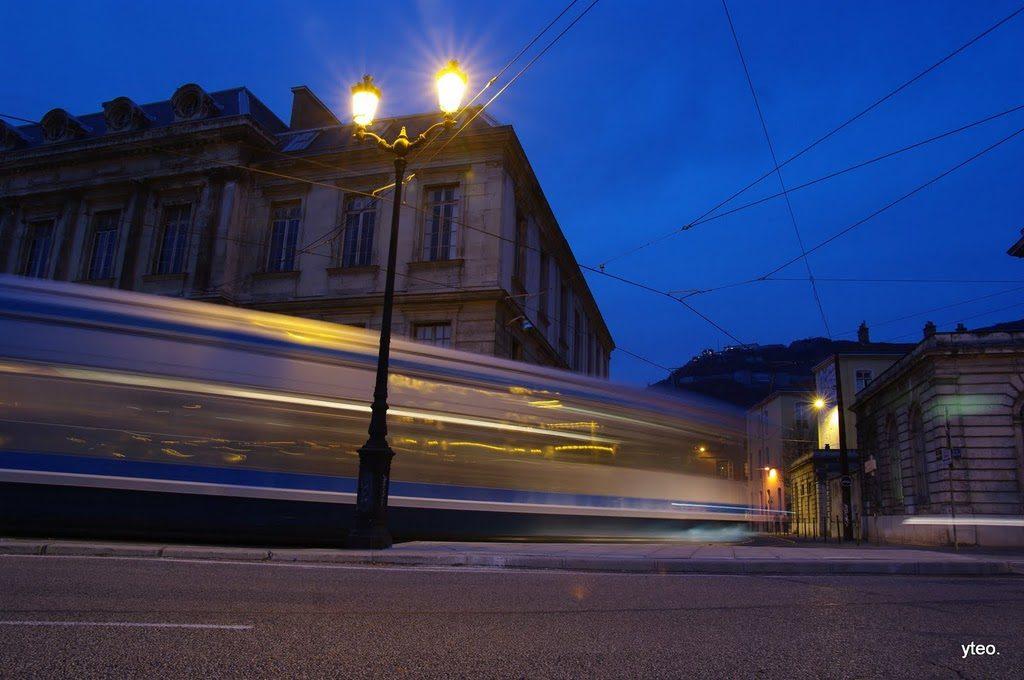 Grenoble – Le tramway au crépuscule