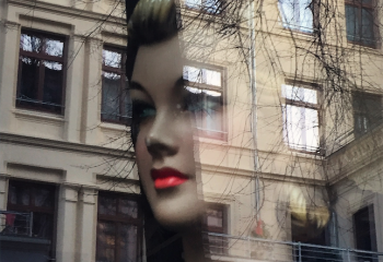 Derrière la vitrine